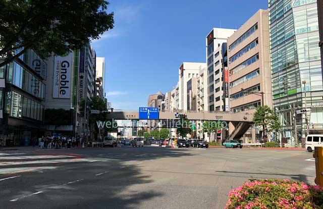 渋谷駅の宮益坂方面から青山通りへの交差点の写真