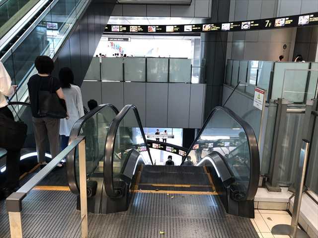 渋谷ヒカリエの2階から1階へのエスカレーターの写真