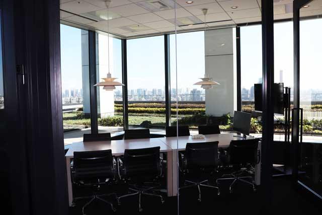 レバテック株式会社の大きめの会議室と渋谷の景色