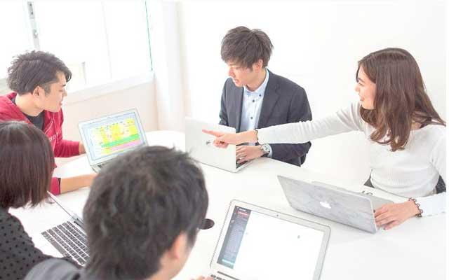 テックエキスパートでのチーム開発・コードレビューの様子の写真