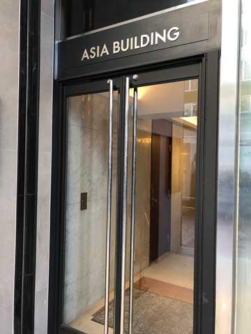 アジアビルの入口の写真