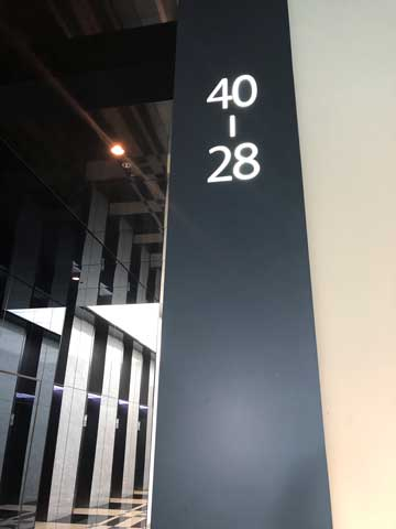 名古屋ルーセントタワーの28階から40階へ上がるエレベーターフロアの写真