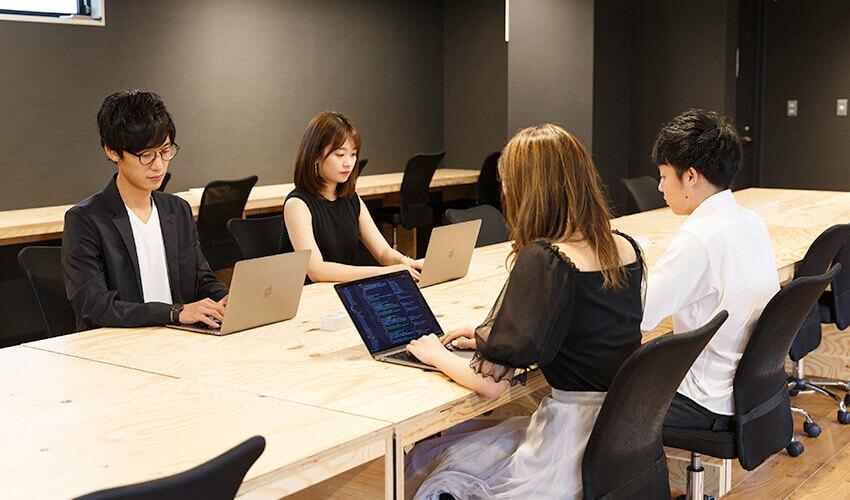 TECH BOOST(テックブースト)のおしゃれなオフィスで学ぶ通学生の写真