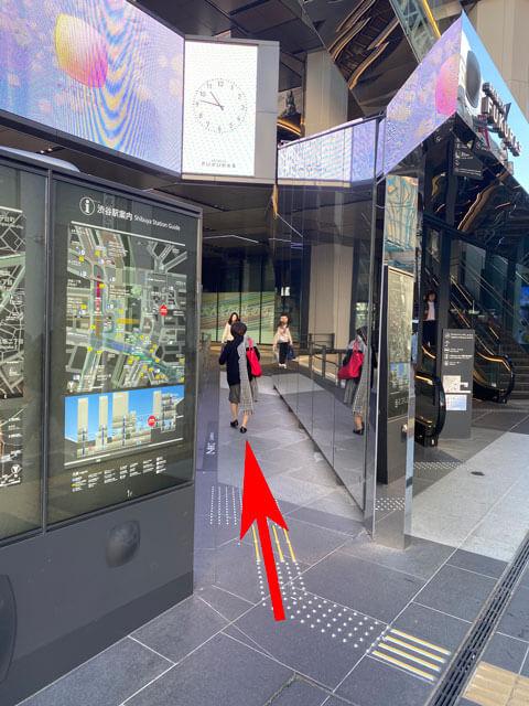渋谷フクラスのバスターミナル方面へ進む通路の写真