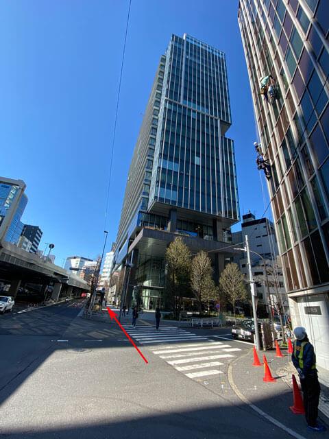 渋谷ソラスタの横の通りを通る写真