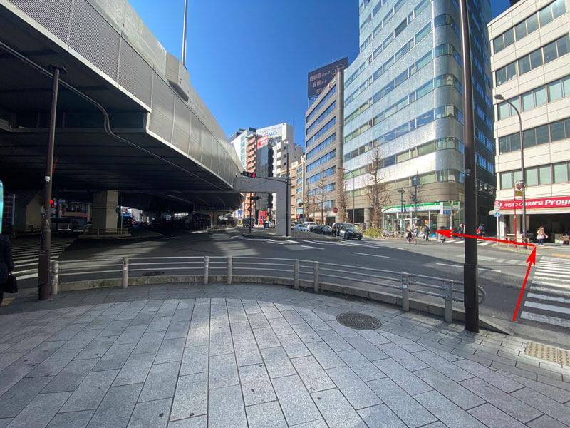 渋谷駅から国道246号の歩道行き止まりを直進するため横断歩道を渡るルートを印した写真