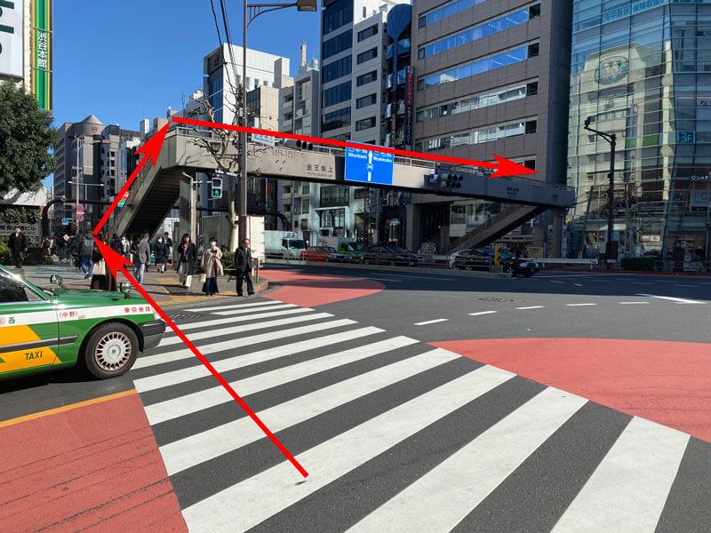 渋谷駅の宮益坂方面から青山通りを歩道橋を経由して横切る写真