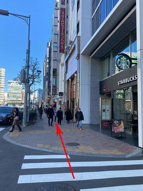 渋谷駅近くの青山通りにあるスターバックスの写真