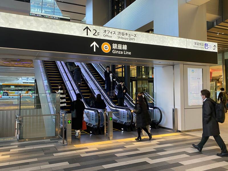 渋谷スクランブルスクエア前の屋外エスカレーター写真