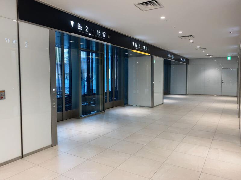 渋谷スクランブルスクエアのオフィスロビーへ上がるエレベーターホール写真