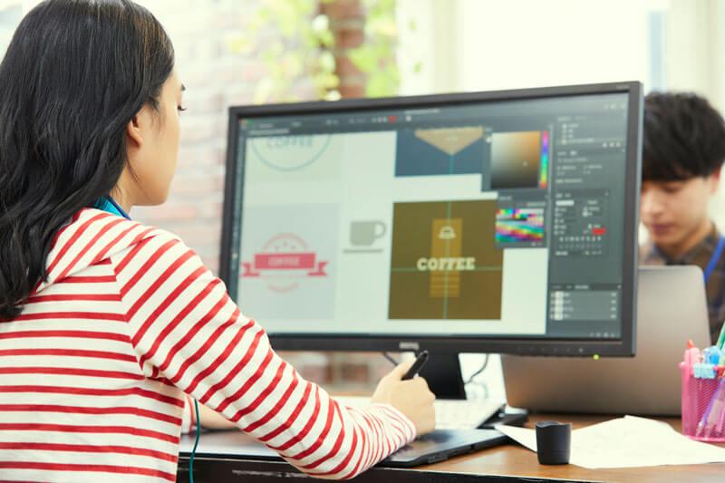 ペンタブでWebデザインをしている女性デザイナーの写真
