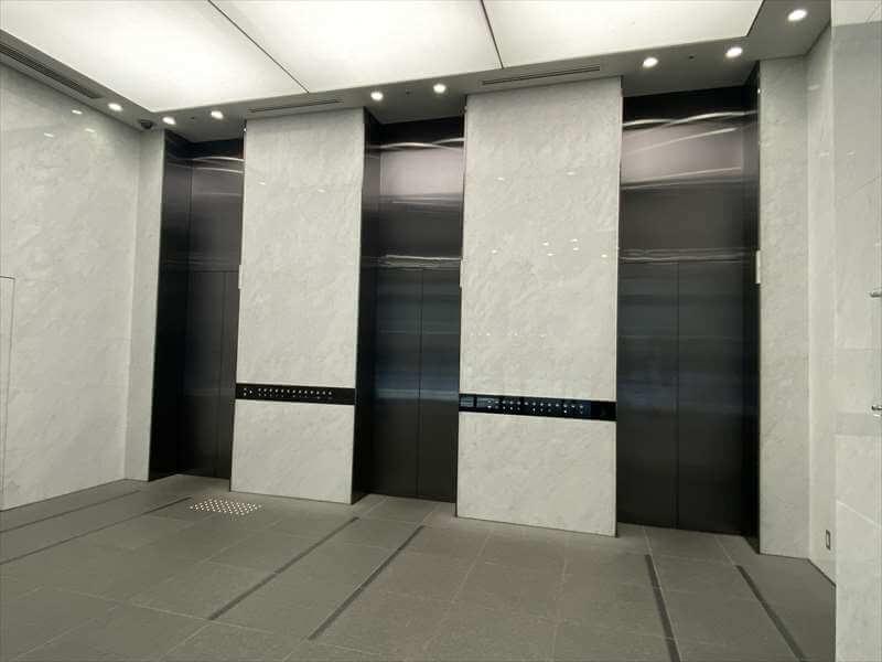 堂島プラザビルの1階エレベーターホールの写真