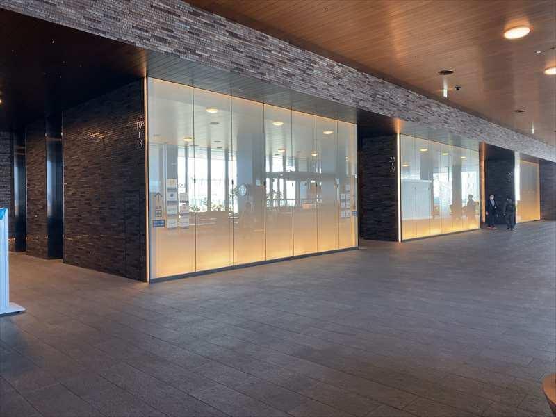 なんばスカイオ10階のオフィスロビーと低層・中層・高層階用エレベーター前の写真