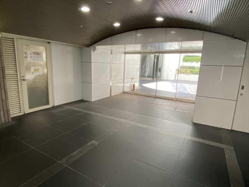 ドージマ地下センターC84地上出口から堂島アバンザとホテル エルセラーン大阪に分岐する出口の写真