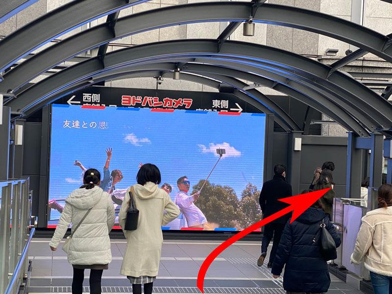 大阪駅ヨドバシカメラの前で西側・東側に分岐する道の写真