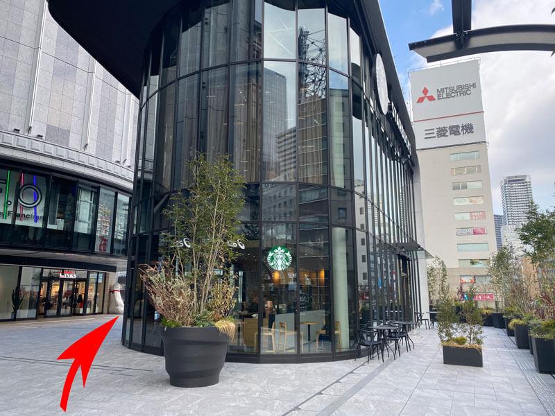大阪駅ヨドバシカメラの奥にあるスターバックスの写真