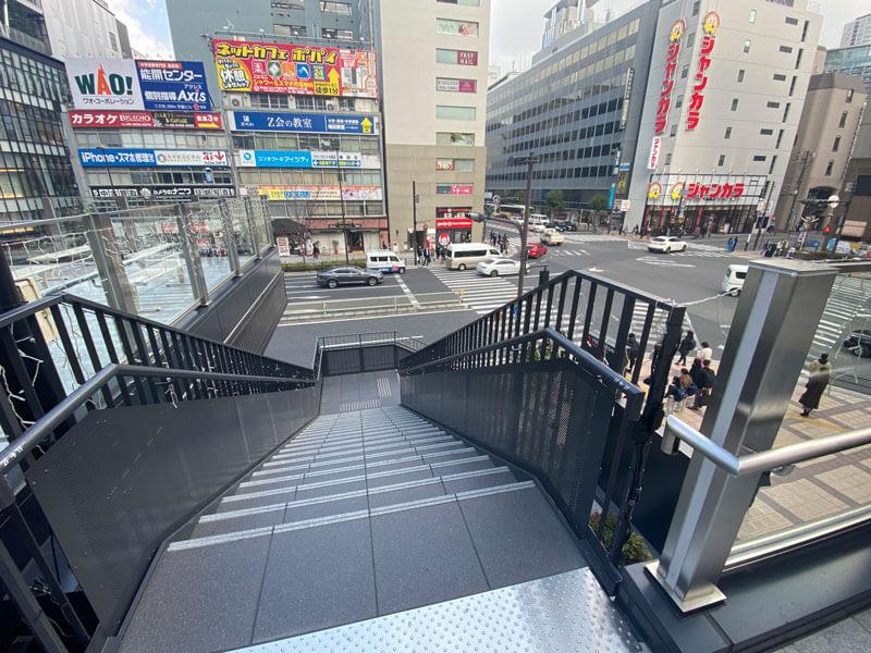 大阪駅ヨドバシカメラ奥のスタバの更に奥の階段写真