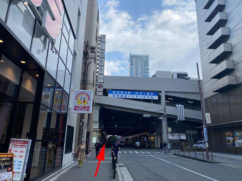 ジャンカラ大阪梅田芝田店から阪急梅田駅へ向かう道の写真