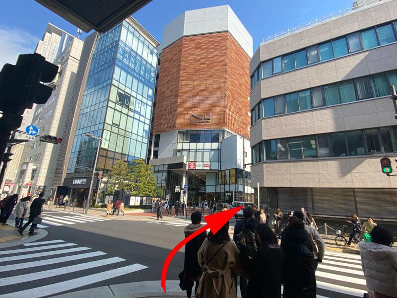 阪急三番街とNU茶屋町の間の交差点の写真