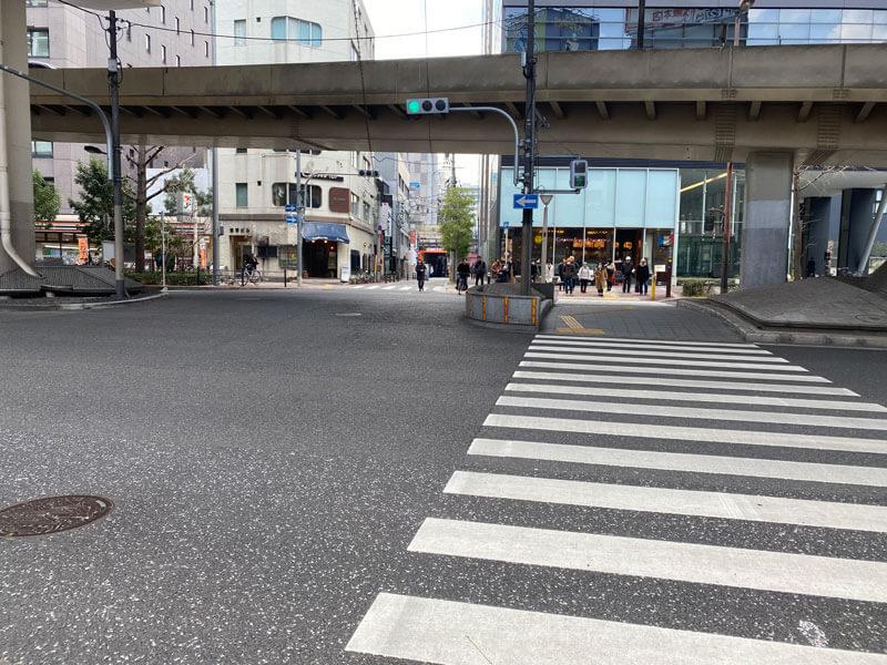 茶屋町から新御堂筋を横切る横断歩道の写真