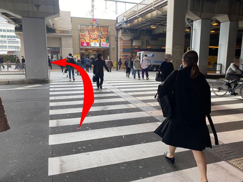 JR大阪駅の桜橋口を出てすぐの横断歩道写真