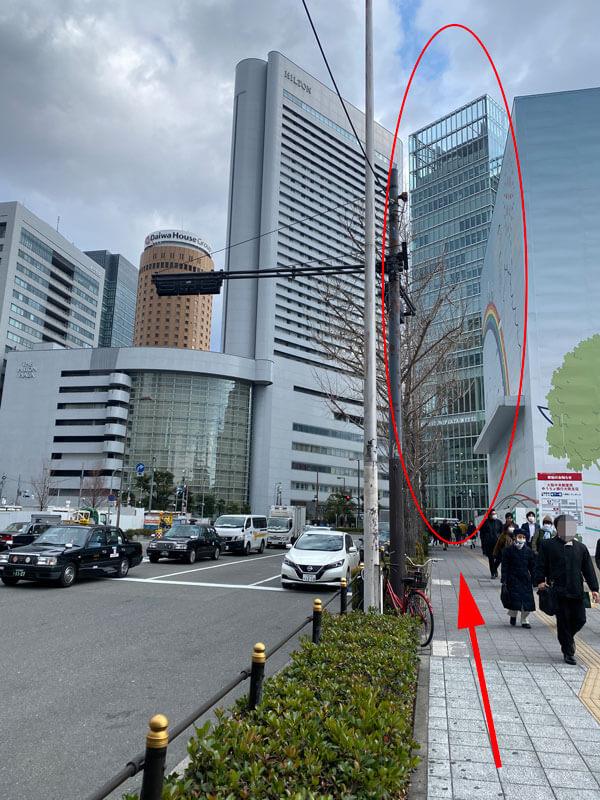 JR大阪駅の桜橋口からヒルトンプラザウエスト方面への道路の写真