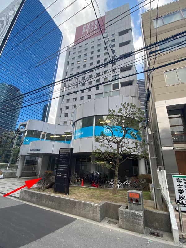 TECH::CAMP(テックキャンプ)梅田校の入る山本ビル梅田の外観写真