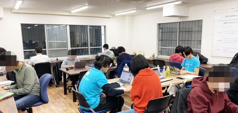 DIVE INTO CODE(ダイブイントゥコード)の機械学習(AI開発)エンジニアコースの講師/メンターと学習中の受講生の写真1