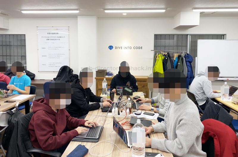 DIVE INTO CODE(ダイブイントゥコード)の機械学習(AI開発)エンジニアコースの講師/メンターと学習中の受講生の写真2