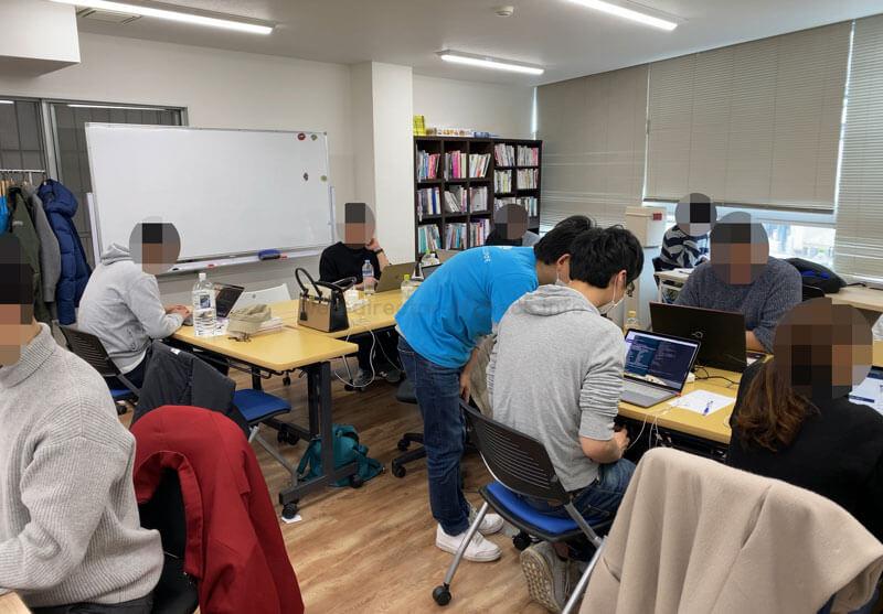 DIVE INTO CODE(ダイブイントゥコード)の機械学習(AI開発)エンジニアコースの講師/メンターと学習中の受講生の写真3