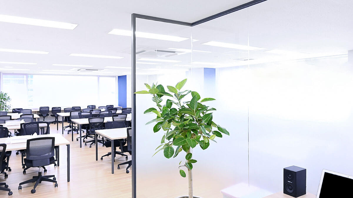 テックキャンプエンジニア転職の名古屋栄センタービル3F校の教室の様子の写真
