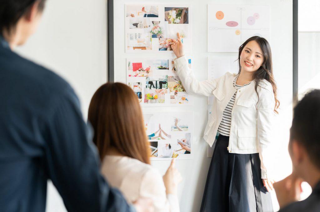 Webデザイナーが仕事を獲得するためのプレゼンテーションの様子の写真