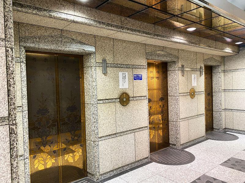 成信ビルの1階エレベーター前の写真