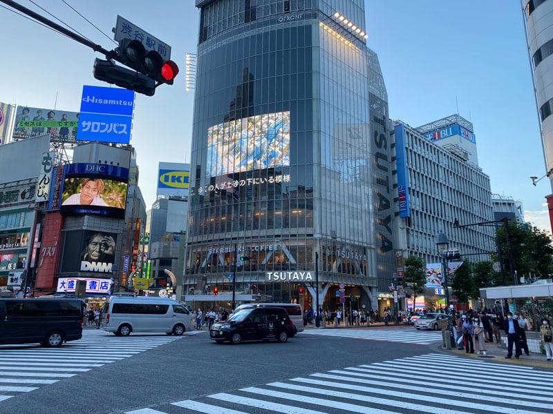 渋谷スクランブル交差点からQフロント・西武渋谷店方面を撮った夕方の写真
