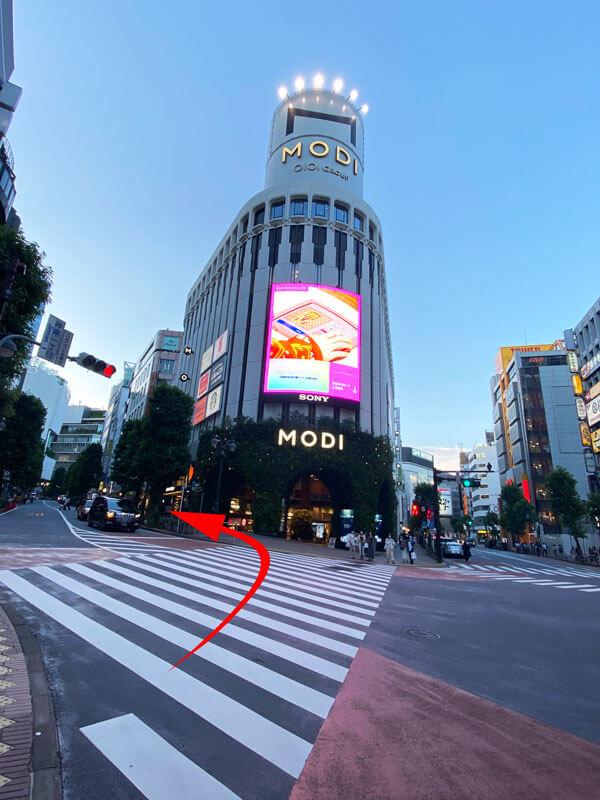 渋谷モディ前から公園通りへ向かう坂道の写真