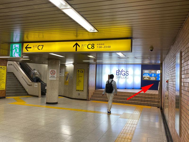 東京メトロ・都営地下鉄「新宿三丁目駅」C8出口方面案内板の写真